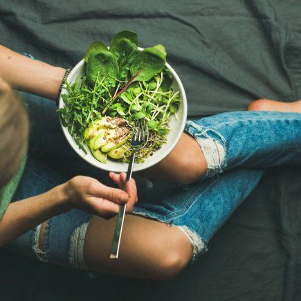 Mujer comiendo receta vegetariana